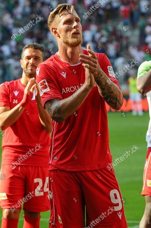 Sebastian Polter (1.FC Union Berlin #9) bei den Fans, FC Augsburg - 1.FC Union Berlin, Bundesliga, 24.08.2019 DFL REGULATIONS PROHIBIT ANY USE OF PHOTOGRAPHS AS IMAGE SEQUENCES AND/OR QUASI-VIDEO