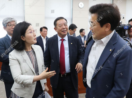 South Korean Reps. Kim Hyun-ah (L) of the main opposition Liberal Korea Party and Park Chan-dae (R) of the ruling Democratic Party argue over a series of corruption allegations involving Justice Minister nominee Cho Kuk after a plenary session of the National Assembly's education committee in Seoul, South Korea, 26 August 2019.