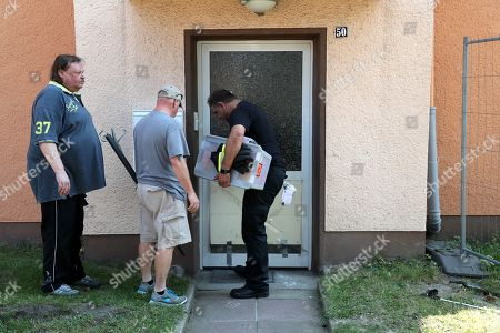 Reptile experts looking for a miste Cobra snake in Herne, Germany, 26 August 2019. A cobra escaped from Herne in North Rhine-Westphalia. Police suspect the dangerous poisonous snake in the area and have had houses evacuated. The search was carried out with the help of adhesive tape and flour.