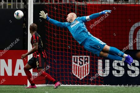 Atlanta United goalkeeper Brad Guzan (1) dives to block a shot during the first half of the U.S. Open Cup soccer match against the Minnesota United, in Atlanta