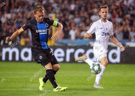 Ruud Vormer (L) of Club Brugge in action against Rene Renner (R) of LASK during the UEFA Champions League playoff, second leg soccer match between Club Brugge and LASK in Bruges, Belgium, 28 August 2019.