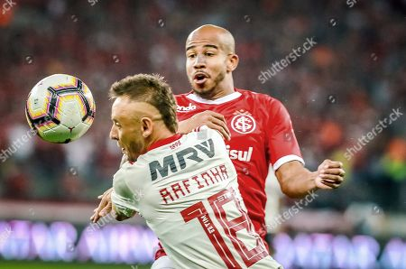 Patrick (R) of Internacional in action against Rafinha (L) of Flamengo during the Copa Libertadores soccer match between Internacional and Flamengo at the Beira-Rio Stadium in Porto Alegre, Brazil, 28 August 2019.