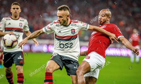 Patrick (R) of Internacional in action against Rafinha (C) of Flamengo during the Copa Libertadores soccer match between Internacional and Flamengo at the Beira-Rio Stadium in Porto Alegre, Brazil, 28 August 2019.