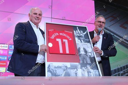 l-r: president Uli Hoeness (FC Bayern Muenchen) bekommt of  Vorstandsvorsitzender Karl-Heinz Rummenigge (FC Bayern Muenchen) ein  fuer die gemeinsamen vergangenen Erfolge uebrreicht, press conference and Uli Hoeness, FC Bayern Muenchen, press conference, 1.Bundesliga, 30.08.2019