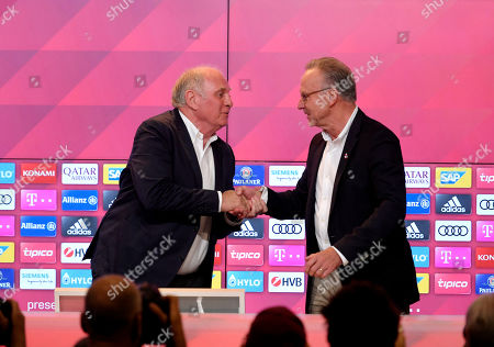 30.08.2019, Football 1. Bundesliga 2019/2020, FC Bayern Muenchen, press conference and Uli Hoeness, Presseclub in Allianzarena Muenchen. v.li: president Uli Hoeness (FC Bayern) wird of  Vorstandsvorsitzender Karl-Heinz Rummenigge (re, FC Bayern Muenchen) persoenlich verabschiedet.