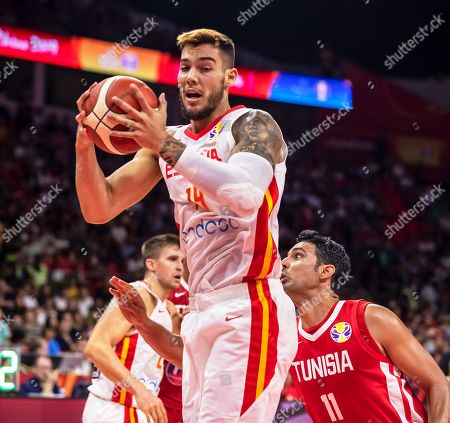 Willy Hernangomez Geuer (C) of Spain in action against Mokhtar Ghyaza (R) of Tunisia during the FIBA Basketball World Cup 2019 group C match between Spain and Tunisia in Guangzhou, China, 31 August 2019.