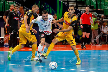Muriel Carlos Saad (C) of Corinthians Paulista runs past Eder Firmino Lima (L) and Kevin Farias of Magnus during their semifinals match at the World Intercontinental Futsal Cup Thailand 2019 in Bangkok, Thailand, 31 August 2019.