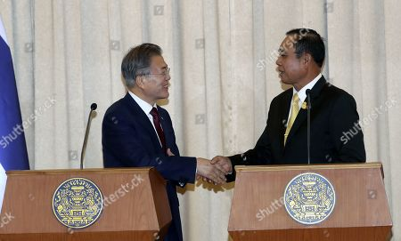 South Korean President Moon Jae-in (L) and Thailand's Prime Minister Prayuth Chan-ocha (R) shake hands after a joint press conference at the Government House of Thailand in Bangkok, Thailand, 02 September 2019. Moon is on a three-nation t?rip to Southeast Asia where he will visitsThailand, Myanmar, Laos.