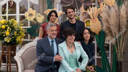 Arturo Ríos as Diego Olvera, Aislin Derbez as Elena de la Mora, Veronica Castro as Virginia de la Mora, Dario Yazbek Bernal as Julian de la Mora and Cecilia Suarez as Paulina de la Mora