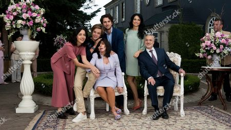 Cecilia Suarez as Paulina de la Mora, Luis de la Rosa as Bruno Riquelme de la Mora, Veronica Castro as Virginia de la Mora, Darío Yazbek Bernal as Julian de la Mora, Aislin Derbez as Elena de la Mora and Arturo Ríos as Ernesto de la Mora