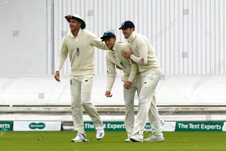 Wicket - Joe Root of England celebrates catching Matthew Wade of Australia off the bowling of Jack Leach of England with Stuart Broad of England and Craig Overton of England during the International Test Match 2019, fourth test, day two match between England and Australia at Old Trafford, Manchester