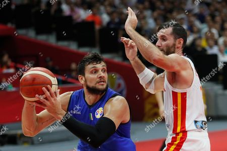 Alessandro Gentile (L) of Italy in action during the FIBA Basketball World Cup 2019 group J second round match between Spain and Italy in Wuhan, China, 06 September 2019.