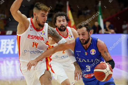 Marco Belinelli (R) of Italy in action against Willy Hernangomez Geuer of Spain during the FIBA Basketball World Cup 2019 group J second round match between Spain and Italy in Wuhan, China, 06 September 2019.