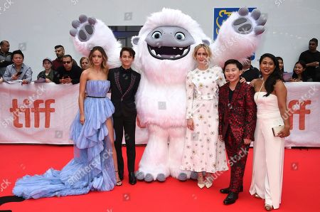 """Chloe Bennet, Tenzing Norgay Trainor, Sarah Paulson, Albert Tsai, Michelle Wong. Actors Chloe Bennet, from left, Tenzing Norgay Trainor, Sarah Paulson, Albert Tsai and Michelle Wong pose with the character Everest from """"Abominable"""" during the film's premiere on day three of the Toronto International Film Festival at Roy Thomson Hall, in Toronto"""