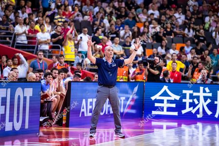 Argentina's head coach Sergio Hernandez (C) reacts during the FIBA Basketball World Cup 2019 quarter final match between Argentina and Serbia in Dongguan, China, 10 September 2019.