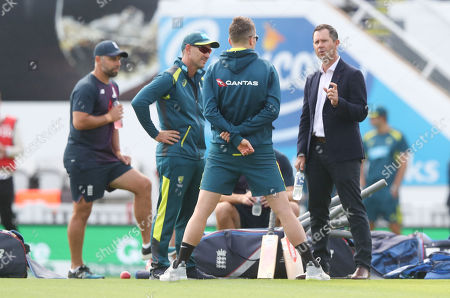 Ricky Ponting (R) chats with current Australia team members