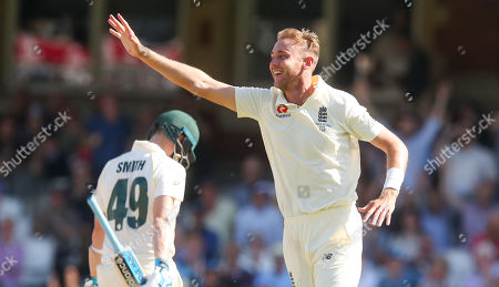 England's Stuart Broad celebrates the wicket of Steve Smith of Australia (L) out for 23 runs caught England's Ben Stoke