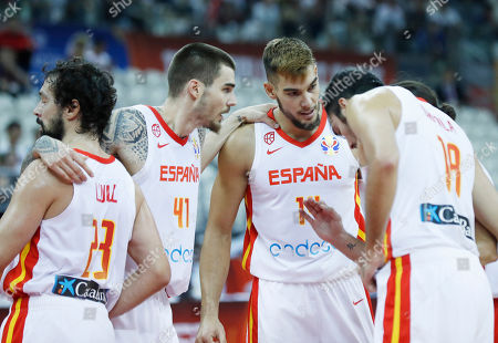 Willy Hernangomez Geuer (3-L) of Spain confers with teammates  during the FIBA Basketball World Cup 2019 quarter final? match between Spain and Poland in Shanghai, China, 10 September 2019.