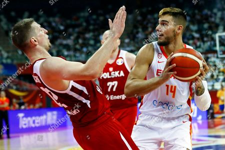 Willy Hernangomez Geuer (R) of Spain in action against Adam Waczynski (L) of Poland during the FIBA Basketball World Cup 2019 quarter final? match between Spain and Poland in Shanghai, China, 10 September 2019.