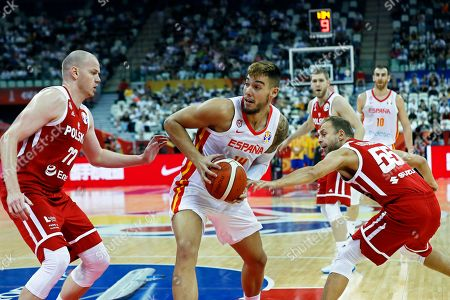 Willy Hernangomez Geuer (C) of Spain in action against Damian Kulig (L) of Poland during the FIBA Basketball World Cup 2019 quarter final? match between Spain and Poland in Shanghai, China, 10 September 2019.