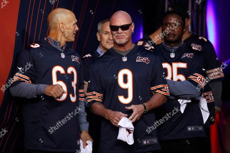 Former Chicago Bears quarterback Jim McMahon (9) and other members of the Super Bowl XX Championship Chicago Bears team are honored before the NFL game between the Green Bay Packers, in Chicago. Green Bay won the game 10-3