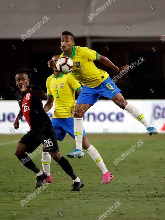 Alex Sandro, Yordy Reyna. Brazil's Alex Sandro, right, traps the ball with his chest next to Peru's Yordy Reyna during the second half of an international friendly soccer match, in Los Angeles