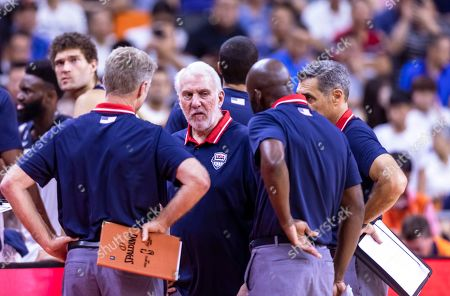 US head coach Gregg Popovich (C) consults with team members during the FIBA Basketball World Cup 2019 quarter final match between the USA and France in Dongguan, China, 11 September 2019. France won 89-79.