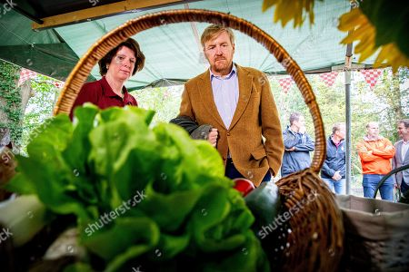 King Willem-Alexander visits the Herenboeren Wilhelminapark cooperative, Boxtel