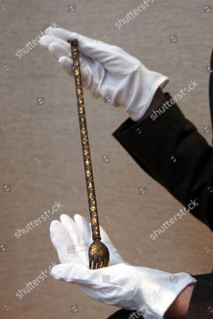 A royal backscratcher
