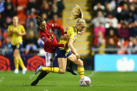 Jane Ross of Manchester United battles Leah Williamson of Arsenal