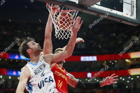 Willy Hernangomez Geuer of Spain (R) in action against Marcos Delia of Argentina during the FIBA Basketball World Cup 2019 final match between Argentina and Spain, in Beijing, China, 15 September 2019.