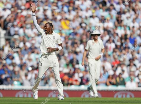 England's Jofra Archer celebrates taking the wicket of Australia's David Warner during the second day of the fifth Ashes test match between England and Australia at the Oval cricket ground in London