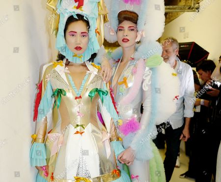 Betty Bachz and model backstage