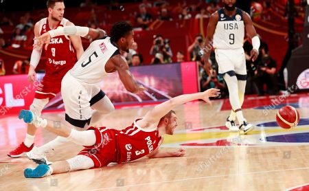 Michal Sokolowski (R) of Poland in action against Donovan Mitchell (C) of US during the FIBA Basketball World Cup 2019 classification match between USA and Poland in Beijing, China, 14 September 2019.