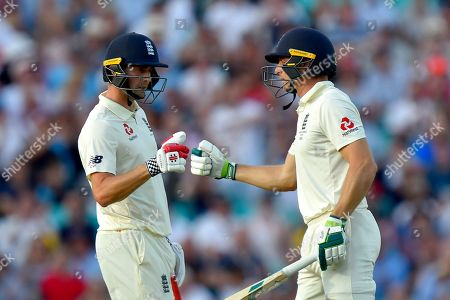 Chris Woakes of England and Jos Buttler of England touch gloves during the 5th International Test Match 2019 match between England and Australia at the Oval, London