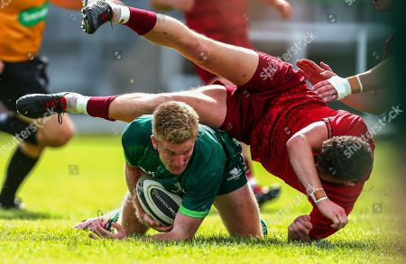 Connacht vs Munster. Stephen Kerins of Connacht scores a try despite Charlie O'Doherty of Munster