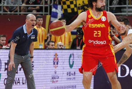 Argentina coach Sergio Hernandez (L) reacts  during the FIBA Basketball World Cup 2019 final match between Argentina and Spain, in Beijing, China, 15 September 2019.