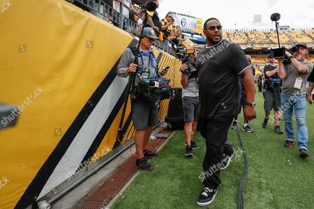 Former Pittsburgh Steelers running back Jerome Bettis leaves the field after the Steelers lost to the Seattle Seahawks in an NFL football game, in Pittsburgh. Roethlisberger did not play in the second half
