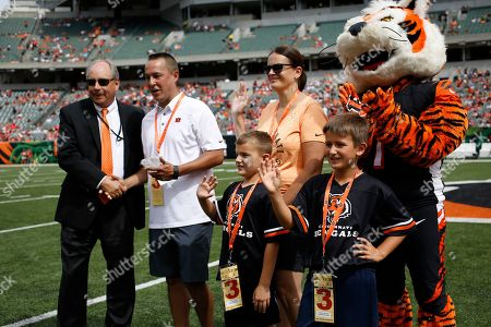 Former NFL football player Anthony Munoz, in white, is awarded during Hispanic Heritage Month before an NFL football game between the Cincinnati Bengals and the San Francisco 49ers, in Cincinnati