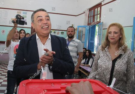 Presidential candidate Mehdi Jomaa (L) casts his ballot for presidential election at a polling station in Tunis