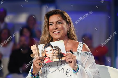 Romina Power shows a picture of her dog