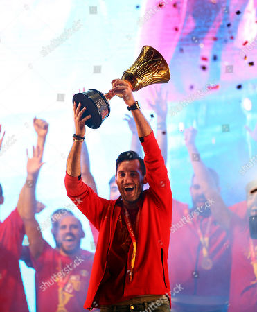 Spain's national basketball team captain Rudy Fernandez (C) with the trophy during the celebration after winning the FIBA basketball World Cup at Colon Square in Madrid, Spain, 16 September 2019. Spain won the FIBA Basketball World Cup final against Argentina in Beijing, China on 15 September 2019.