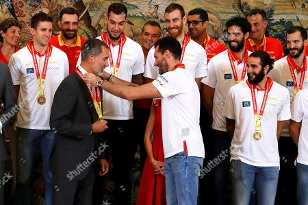 Spain's King Felipe VI (2-L) meets Spanish national basketball team players, including captain Rudy Fernandez (C), during a reception at Zarzuela Palace in Madrid, Spain, 16 September 2019. Spain won the FIBA Basketball World Cup final against Argentina in Beijing, China on 15 September 2019.