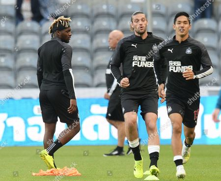 Allan Saint-Maximin of Newcastle United (left), Andy Carroll of Newcastle United (centre) and Yoshinori Muto of Newcastle United warm up