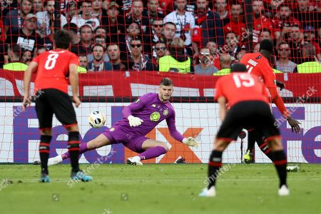 Celtic's goalkeeper Fraser Forster fails to save the shot from Rennes' M'Baye Niang, right, who scored his side's opening goal during the Europa League Group E soccer match between Rennes and Celtic, at the Roazhon Park stadium in Rennes, France