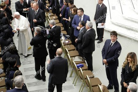 """Actor Benicio Del Toro, second from right at bottom, attends an audience with Pope Francis, top left, and participants of the symposium promoted by """"Somos Community Care"""", a New York charity working on healthcare system improvements for the poor, at the Paul VI hall, at the Vatican"""