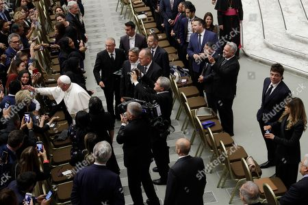 """Actor Benicio Del Toro, second from right at bottom, attends an audience with Pope Francis, left, and participants of the symposium promoted by """"Somos Community Care"""", a New York charity working on healthcare system improvements for the poor, at the Paul VI hall, at the Vatican"""