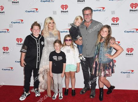 Tori Spelling, Dean McDermott and children Liam McDermott, Stella McDermott, Hattie McDermott, Finn McDermott, and Beau McDermott