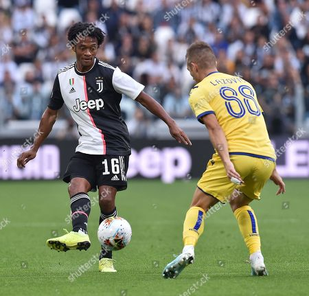 Juventus' Juan Cuadrado (L) and Hellas Verona' s Darko Lazovic in action during the Italian Serie A soccer match Juventus FC vs Hellas Verona FC at Allianz Stadium in Turin, Italy, 21 September 2019.