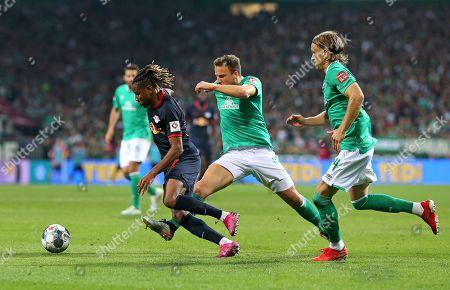 21.09.2019, Football 1. Bundesliga 2019/2020, 5.  match day, Werder Bremen - RB Leipzig, Weserstadium Bremen. (L-R) Christopher Nkunku (RB Leipzig)  -  Philipp Bargfrede (Werder Bremen) and Michael Lang (Werder Bremen)